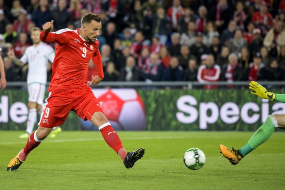 Switzerland's Haris Seferovic, left, fights for the ball against Hungary's goalkeeper Peter Gulacsi, right, during the 2018 Fifa World Cup Russia group B qualification soccer match between Switzerland and Hungary in the St. Jakob-Park stadium in Basel, Switzerland, on Saturday, October 7, 2017. (KEYSTONE/Jean-Christophe Bott)