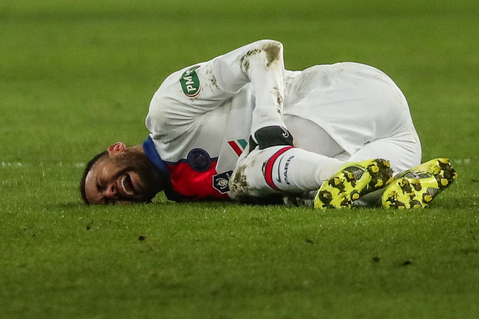 epa09002491 Neymar Jr of Paris Saint Germain lies injured on the pitch during the Coupe de France round of 32 soccer match between SM Caen and PSG in Caen, north western France, 10 February 2021.  EPA/CHRISTOPHE PETIT TESSON