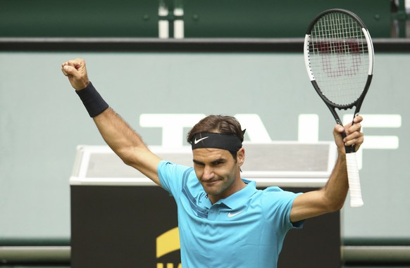 Switzerland Roger Federer waves after winning against France's Benoit Paire in their round of 16 match at the ATP tennis tournament in Halle, western Germany, Thursday, June 21, 2018. (Friso Gentsch/dpa via AP)