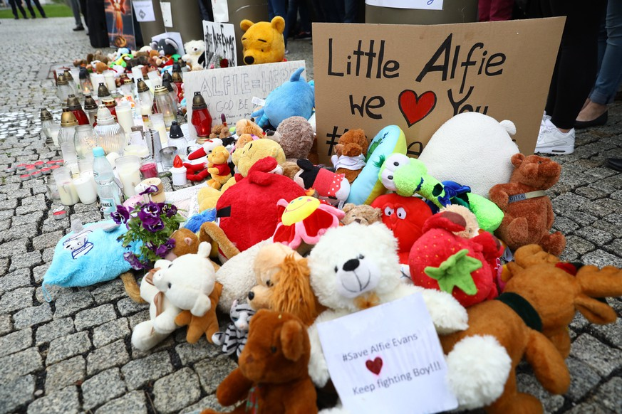 epa06695945 Toys are placed in tribute during the rally for the life of Alfie Evans in front of the embassy of Great Britain in Warsaw, Poland, 26 April 2018 (issued 27 April 2018). Alfie Evans is the 23-month-old boy, who has a serious undiagnosed brain condition. The government in Rome has granted Alfie Italian citizenship in a bid to bring him to Italy but the British courts have refused to allow the child, who continues to fight after being taken off life support earlier this week, to be transferred to Italy.  EPA/RAFAL GUZ POLAND OUT
