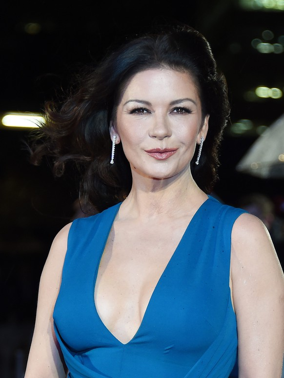 epa05127588 British actress and cast member Catherine Zeta-Jones poses for pictures during the World Premiere of 'Dad's Army' at Leicester Square in London, Britain, 26 January 2016. The movie will be released in the UK on 05 February.  EPA/ANDY RAIN