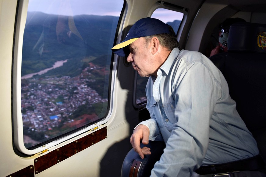 Colombia's President Juan Manuel Santos overflies a flooded area after heavy rains caused several rivers to overflow, pushing sediment and rocks into buildings and roads in Mocoa, Colombia April 1, 2017.  Cesar Carrion/Colombian Presidency/Handout via Reuters ATTENTION EDITORS - THIS IMAGE WAS PROVIDED BY A THIRD PARTY. EDITORIAL USE ONLY.
