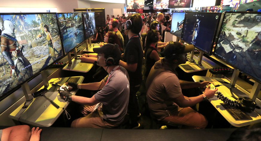 epa06027009 Gamers play the new Ubisoft Assassin's Creed Origins on the opening day of E3 (Electronic Entertainment Expo) in Los Angeles, California, USA, 13 June 2017. The E3 expo introduces new games and gaming devices and is an anticipated annual event among gaming enthusiasts and marketers. The event runs from 13 to 15 June 2017.  EPA/MIKE NELSON