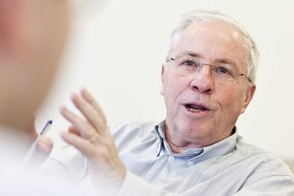 ZUM 75. GEBURTSTAG VON CHRISTOPH BLOCHER AM SONNTAG, 11. OKTOBER 2015, STELLEN WIR IHNEN FOLGENDES MATERIAL ZUR VERFUEGUNG - Alt-Bundesrat Christoph Blocher spricht an einem Interview am Montag, 11. Januar 2010 in Appenzell. (KEYSTONE/Ennio Leanza)