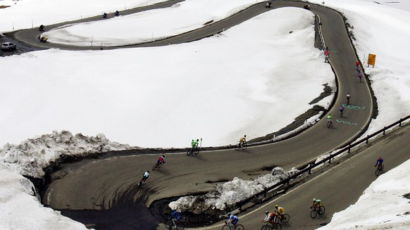 Riders speed down the Stelvio pass during 14th stage of the Giro, Tour of Italy, cycling race ending in Livigno,  Italy, Sunday, May 22, 2005. The stage was won by Colombia's Ivan Parra. (KEYSTONE/AP Photo/Alessandro Trovati)