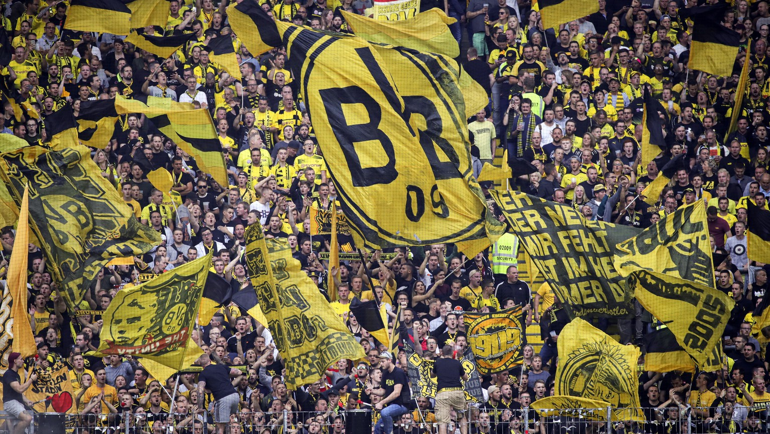 epa07861769 Fans of Borussia Dortmund cheer prior to the German Bundesliga soccer match between Eintracht Frankfurt and Borussia Dortmund  in Frankfurt Main, Germany, 22 September 2019.  EPA/ARMANDO BABANI CONDITIONS - ATTENTION: The DFL regulations prohibit any use of photographs as image sequences and/or quasi-video
