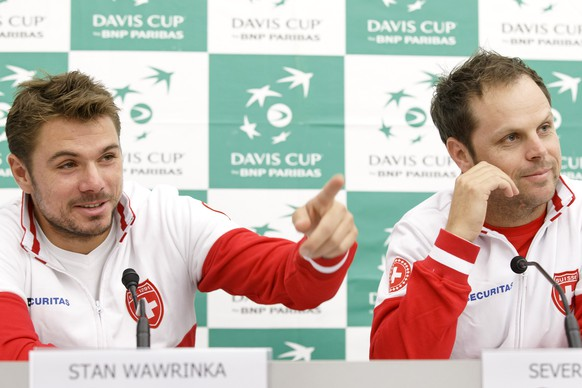 Stan Wawrinka, left, of Switzerland, sitting next to Swiss Davis Cup Team captain Severin Luethi, right, speaks to the media during the Pre draw a press conference, prior to the Davis Cup World Group Play-off round match between Switzerland and Netherlands, in Geneva, Switzerland, Tuesday, September 15, 2015. The Davis Cup World Group Play-off round match Switzerland vs Netherlands will take place from 18 to Septembre 20. (KEYSTONE/Salvatore Di Nolfi)