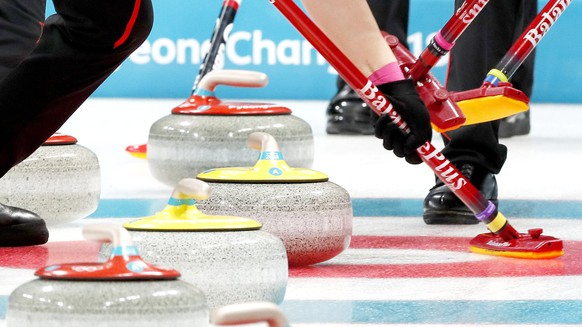 epa06545449 Chinese curling players struggle to sweep the ice during the women's round robin session between China and Canada at the Gangneung Curling Centre during the PyeongChang 2018 Winter Olympic Games in Gangneung, South Korea, 20 February 2018.  EPA/KIMIMASA MAYAMA