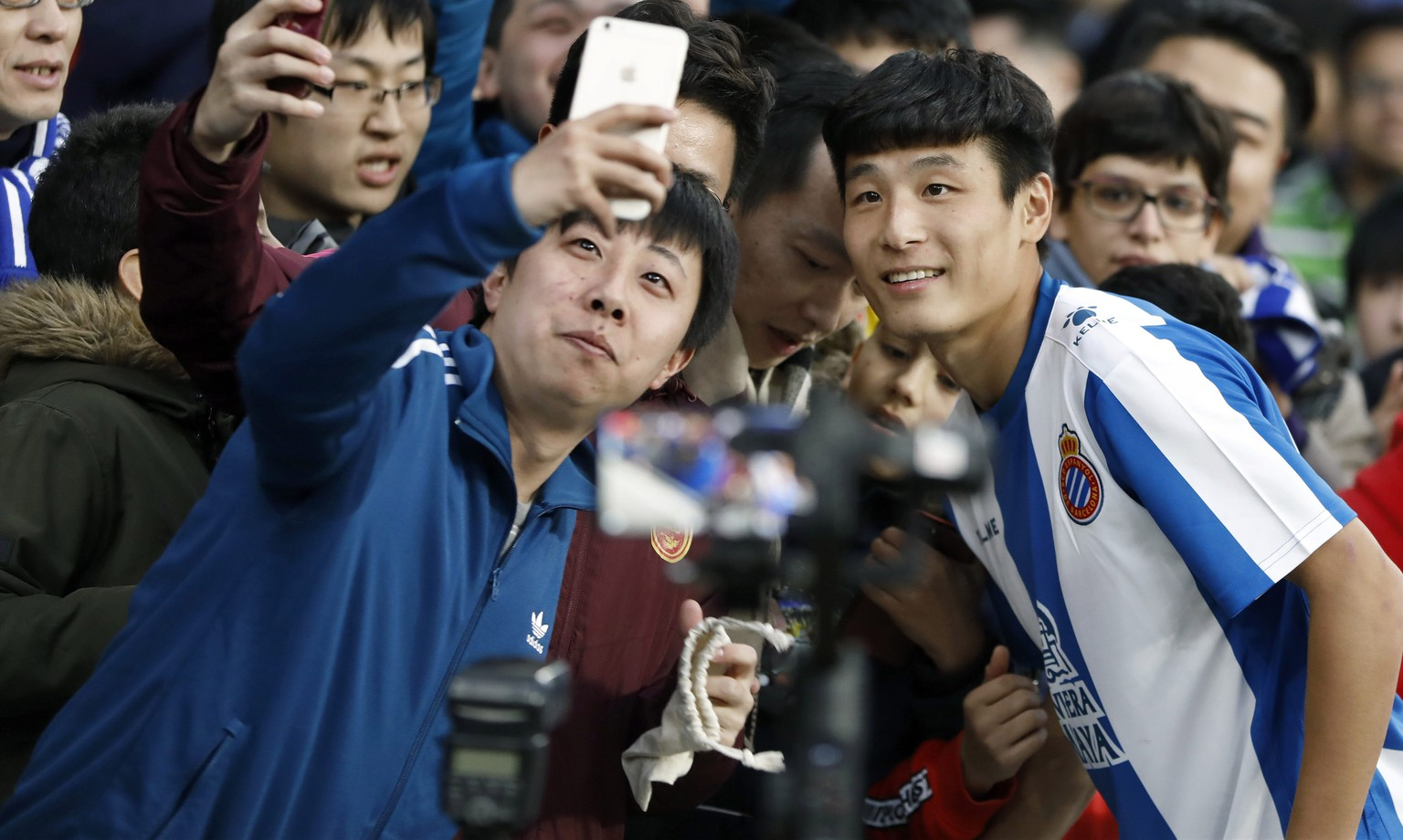 low cost 2b515 10a1c epaselect epa07330302 RCD Espanyol s new Chinese forward Wu Lei (R) poses  with fans during
