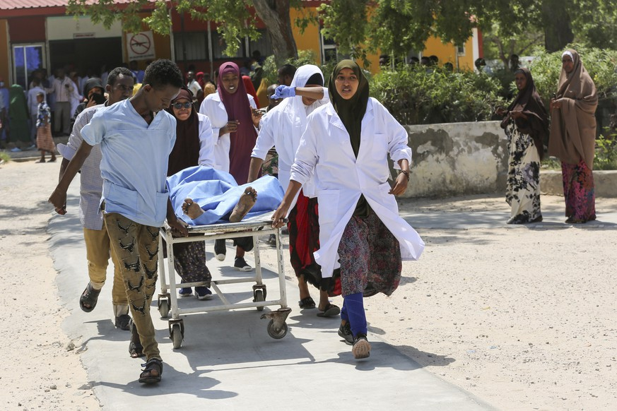 epa07733094 A person who was injured in a blast is carried on a stretcher at Medina hospital in Mogadishu, Somalia, 22 July 2019. Several people are feared dead after a huge explosion at a checkpoint on K4 road that leads to Mogadishu's airport. No one has claimed responsibiity for the attak, however, the country's Islamist militant group al-Shabab often carries out such attacks against its western-backed government.  EPA/SAID YUSUF WARSAME