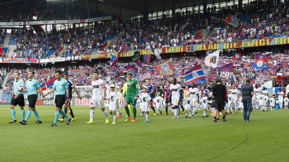 The players enter the pitch prior to a Super League match between FC Basel 1893 and FC Sion, at the St. Jakob-Park stadium in Basel, Switzerland, on Sunday, July 24, 2016. (KEYSTONE/Georgios Kefalas)