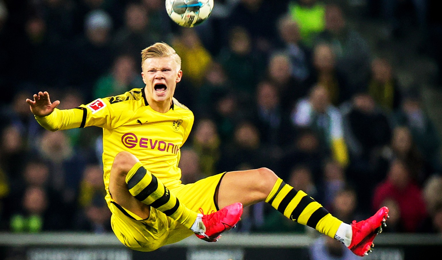 epa08277210 Dortmund's Erling Haaland in action during the German Bundesliga soccer match between Borussia Moenchengladbach and Borussia Dortmund in Moenchengladbach, Germany, 07 March 2020.  EPA/FRIEDEMANN VOGEL CONDITIONS - ATTENTION: The DFL regulations prohibit any use of photographs as image sequences and/or quasi-video.