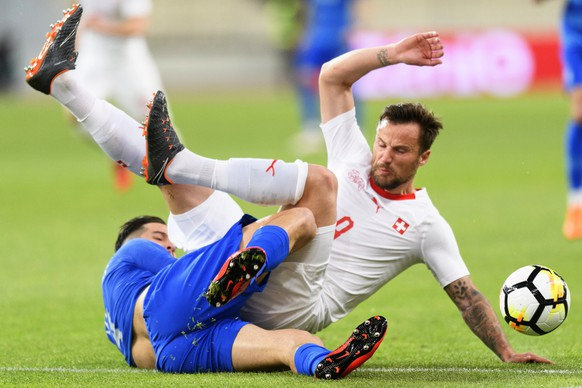 epa06624554 Greece's defender Kostas Manolas (L) in action against Switzerland's forward Haris Seferovic (R) during an International Friendly soccer match between Greece and Switzerland at the Olympic stadium in Athens, Greece, 23 March 2018.  EPA/LAURENT GILLIERON