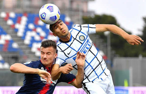 epaselect epa09172318 Crotone's Arkadiusz Reca (L) and Inter's Achraf Hakimi (R) in action during the Italian Serie A soccer match between FC Crotone and Inter Milan at Ezio Scida stadium in Crotone, Italy, 01 May 2021.  EPA/CARMELO IMBESI