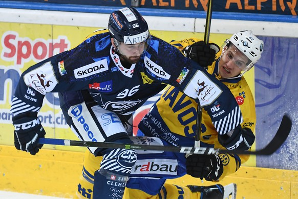 Ambri's player Adrien Lauper, left, fights for the puck with Davos's player Felicien Du Bois, right, during the preliminary round game of the National League Swiss Championship 2017/18 between HC Ambrì Piotta and HC Davos, at the ice stadium Valascia in Ambri, Switzerland, Saturday, September 9, 2017. (KEYSTONE/Ti-Press/Gabriele Putzu)