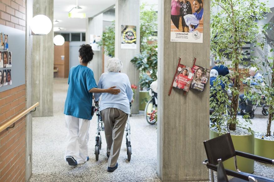 In diesen Kantonen zahlen alte Menschen am meisten für das Pflegeheim