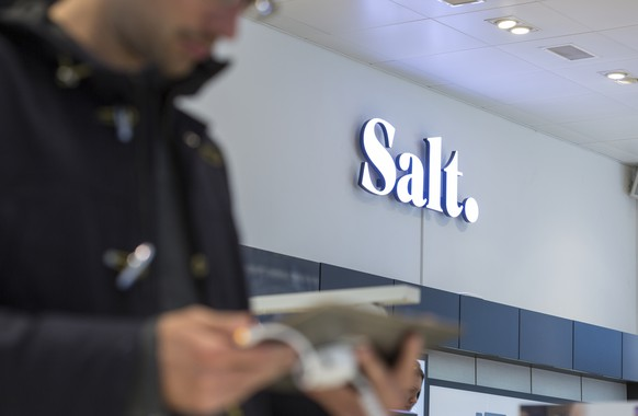 ZU DEN JAHRESZAHLEN VOM MOBILFUNKANBIETER SALT, STELLEN WIR IHNEN HEUTE, 14. MAERZ 2018, FOLGENDES BILDMATERIAL ZUR VERFUEGUNG - A customer examines a tablet computer, in the Salt store in the Niederdorf of Zurich, Switzerland, on May 22, 2015. (KEYSTONE/Gaetan Bally)