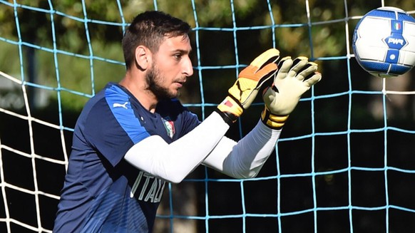 epa06010403 Italy's goalkeeper Gianluigi Donnarumma in action during a training session of the Italian national soccer team at Coverciano sport center, near Florence, Italy, 04 June 2017.  EPA/MAURIZIO DEGL'INNOCENTI