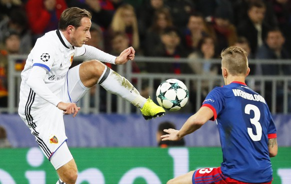 epa06274384 Pontus Wernbloom (R) of CSKA Moscow in action against Luca Zuffi (L) of Basel during the UEFA Champions League group A soccer match between CSKA Moscow and FC Basel in Moscow, Russia, 18 October 2017.  EPA/YURI KOCHETKOV