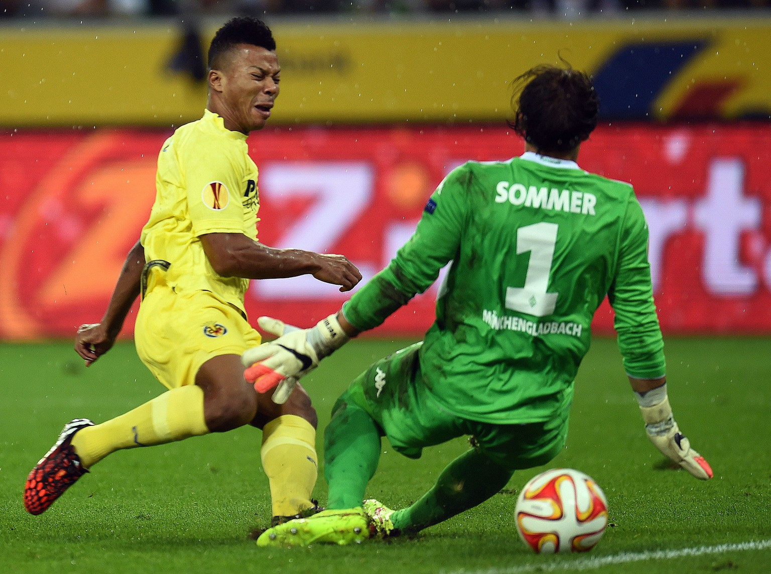 Moenchengladbach's Swiss goalkeeper Yann Sommer (R) and Villarreal's Ikechukwu Uche (L) vie for the ball during the UEFA Europa League Group A match VfL Borussia Moenchengladbach vs Villarreal CF on September 18, 2014 at Borussia-Park stadium in Moenchengladbach, western Germany. The match ended in a 1-1 draw.  AFP PHOTO / PATRIK STOLLARZ