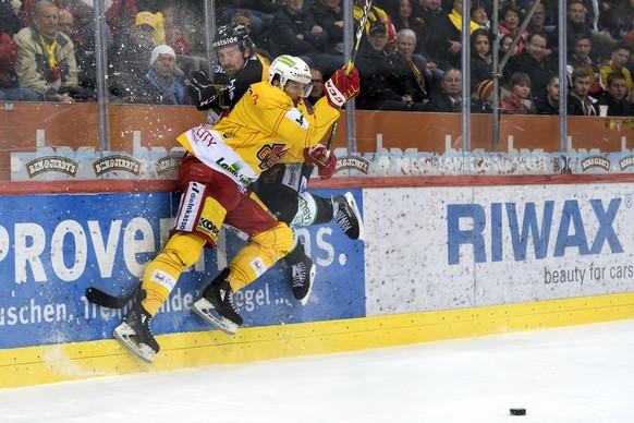 Biels Damien Riat, links, und Berns Adam Almquist, rechts, kaempfen um den Puck, im dritten Eishockey Playoff-Halbfinalspiel der National League zwischen dem SC Bern und dem EHC Biel, am Samstag, 30. Maerz 2019, in der PostFinance Arena in Bern. (KEYSTONE/Anthony Anex)