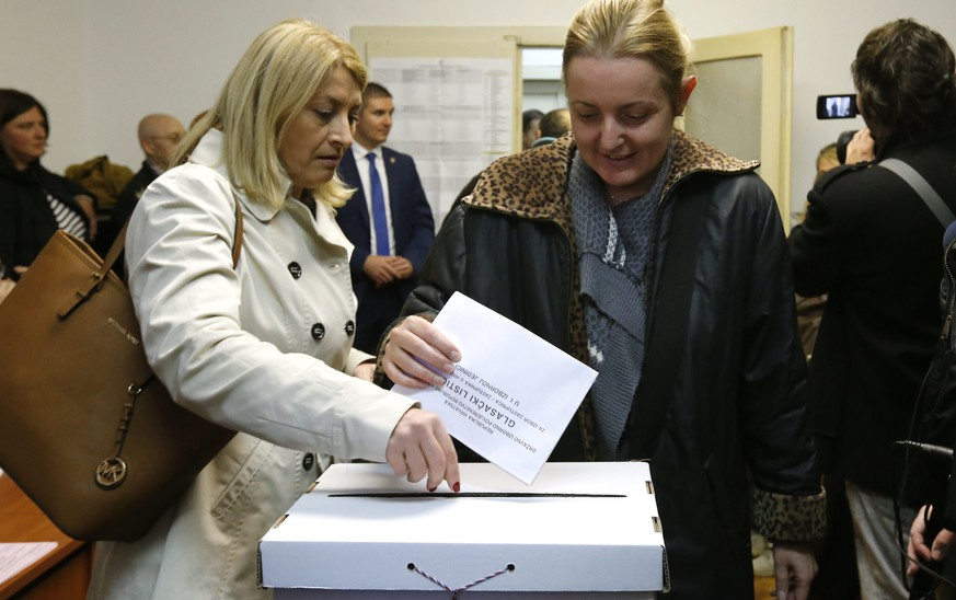 epa05016339 Croatians cast their ballots for the Croatian parliamentary election at a polling station in downtown Zagreb, Croatia, 08 November 2015. Croatian parliamentary elections are set to be the closest since the country claimed independence a quarter century ago, with the final outcome hinging on too many factors for a clear-cut forecast. Incubent Prime Minister Zoran Milanovic seeks a second consecutive term for his Social Democrats (SDP) and the third overall for the party since Croatia split from the former Yugoslavia in 1991. The SDP trailed the oppositional Croatian Democratic Union (HDZ) in months leading up to the election but have since closed the gap to less than 1 percentage point.  EPA/ANTONIO BAT