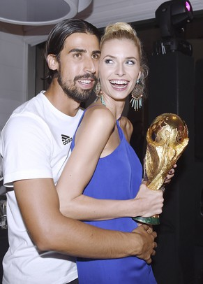 Germany's Sami Khedira and his girlfriend Lena Gercke pose with the World Cup trophy during the DFB-WM gala party at the Sheraton hotel in Rio de Janeiro July 13, 2014. Germany are champions of the world again after snatching victory against Argentina in the World Cup final soccer match. Picture taken July 13. REUTERS/Markus Gilliar/Pool (BRAZIL - Tags: SPORT SOCCER WORLD CUP ENTERTAINMENT)