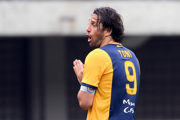 epa04731356 Hellas Verona's Luca Toni reacts during the Italian Serie A soccer match Hellas Verona FC vs Udinese Calcio at Bentegodi stadium in Verona, Italy, 03 May 2015.  EPA/FILIPPO VENEZIA