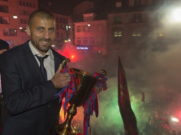 Der Spieler Walter Adrian Samuel des FC Basel feiert mit dem Pokal und mit den Fans den sechsten Meistertitel in Folge auf dem Barfuesserplatz in Basel in den fruehen Morgenstunden am Samstag, 30. Mai 2015. (KEYSTONE/Georgios Kefalas)