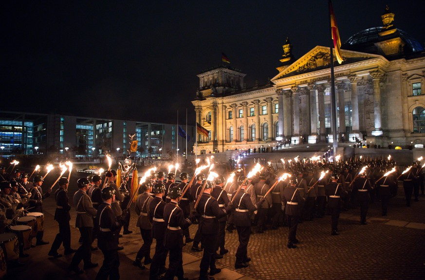 epa05021023 Numerous soldiers arrive at the Grand Tattoo event before the Reichstag building in Berlin, Germany, 11 November 2015. The German Armed Forces are celebrating the eve of the 60th anniversary of its founding with this highest form of military honors. On 12 November 1955 the first 101 soldiers received their certificate of appointment.  EPA/BERND VON JUTRCZENKA