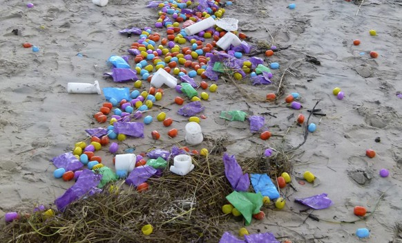 epa05699078 A handout photo made available by Langeoog Police Station on 04 January 2017 shows plastic eggs containing tiny toys (Ueberraschungseie) that were swept ashore at a beach of North Sea island Langeoog, Germany, 04 January 2017. The eggs come from a container ship that lost its cargo as low depression 'Axel' battered northern Germany during the night, bringing heavy winds, flooding and snow-fall across the country.  EPA/LANGEOOG POLICE STATION HANDOUT BEST QUALITY AVAILABLE HANDOUT EDITORIAL USE ONLY/NO SALES