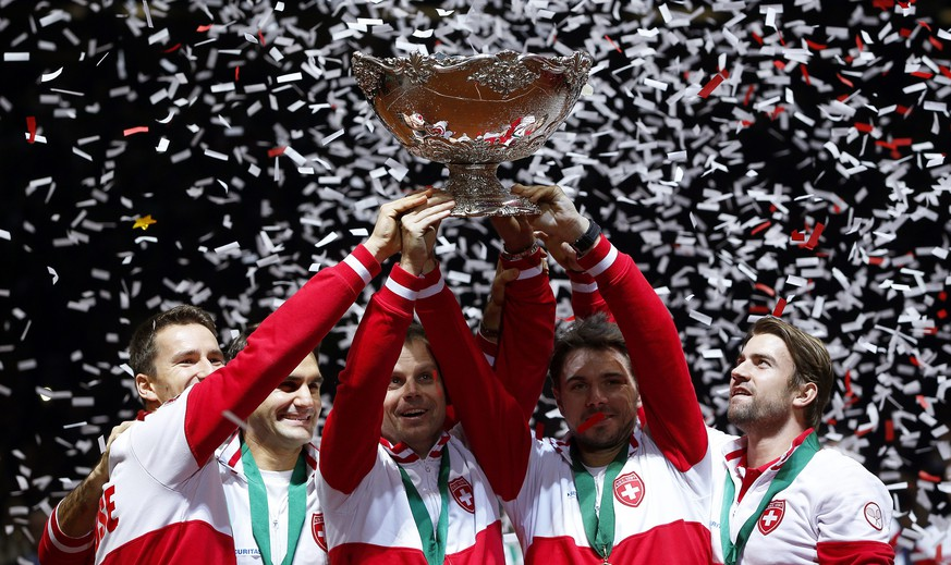 epa04500966 Swiss Davis Cup team players celebrate with the trophy after defeating France in the Davis Cup World Final at the Pierre Mauroy Stadium in Lille, France, 23 November 2014. Switzerland won 3-1.  EPA/YOAN VALAT