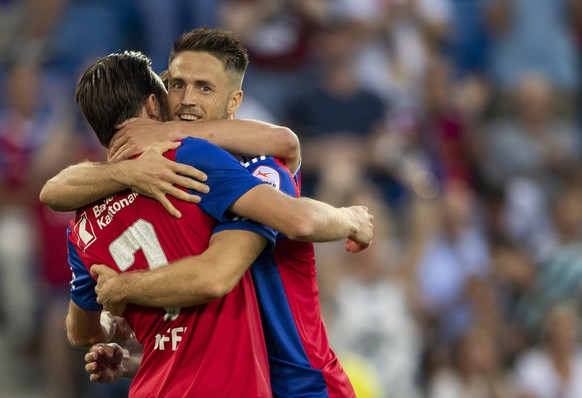 epa06967029 Basel's Ricky van Wolfswinkel, (R) celebrate his 1:0 goal during the UEFA Europa League play-off first leg match between Switzerland's FC Basel 1893 and Cyprus' Apollon Limassol FC in the St. Jakob-Park stadium in Basel, Switzerland, 23 August 2018.  EPA/GEORGIOS KEFALAS