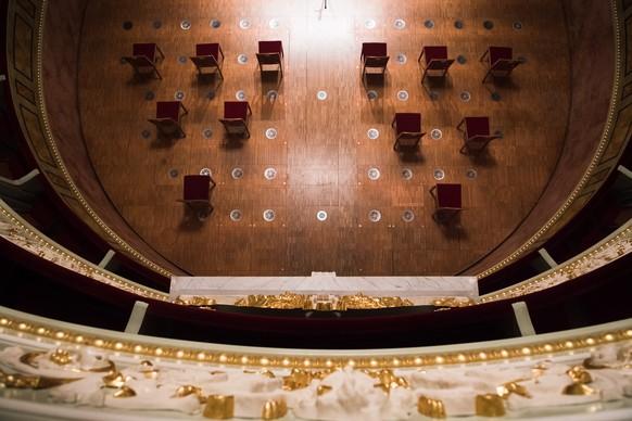 """Blick ins Auditorium des Teatro Sociale, das den mehrheitlich von der Bestuhlung befreiten Zuschauerraum als Buehne benutzt, im Rahmen der Veranstaltungsreihe """"Zone 30"""", am Freitag, 20. November 2020, in Bellinzona. Pro Auffuehrung sind aufgrund der Corona-Schutzmassnahmen maximal 30 Personen erlaubt. (KEYSTONE/Ti-Press/Alessandro Crinari)"""