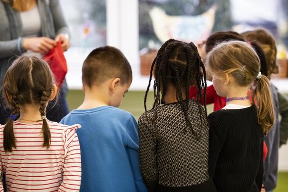 """ZUM UNTERRICHTSANGEBOT """"DEUTSCH ALS ZWEITSPRACHE"""" STELLEN WIR IHNEN FOLGENDES BILDMATERIAL ZUR VERFUEGUNG --- German as a second language lesson at kindergarden class of school Suhr, photographed in Suhr, Switzerland, on April 4, 2019. The lessons are being taught integratively. (KEYSTONE/Christian Beutler)  Deutsch als Zweitsprache (DAZ) Unterricht in einer Kindergartenklasse der Schule Suhr, aufgenommen am 4. April 2019 in Suhr. Der Unterricht wird integrativ erteilt. (KEYSTONE/Christian Beutler)"""