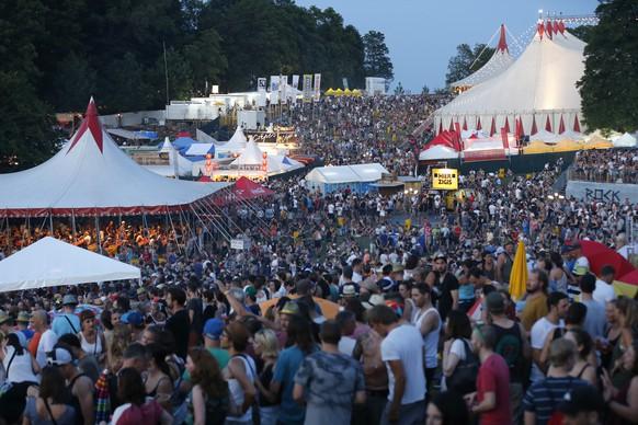 Festival visitors at the Gurten music open air festival in Bern, Switzerland, Thursday, July 16, 2015. (KEYSTONE/Peter Klaunzer)