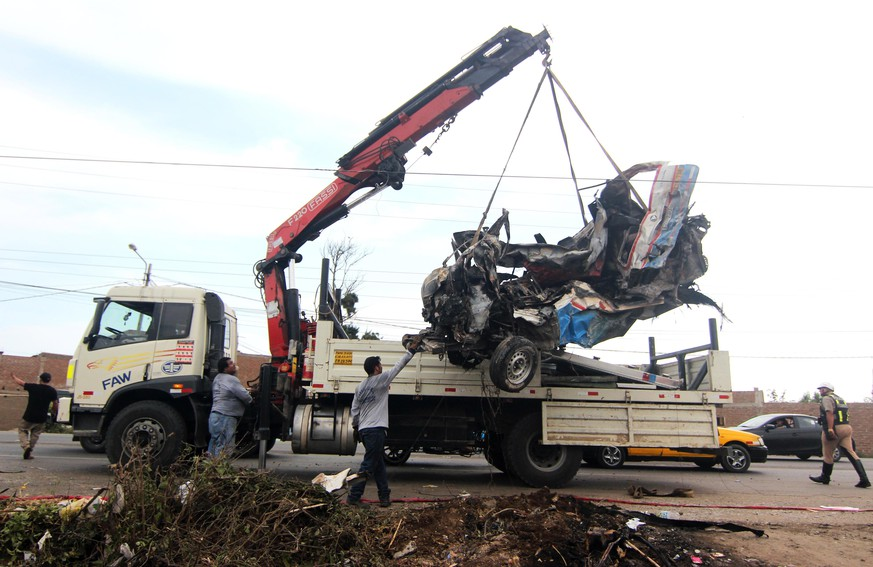 epa05811529 A crane llifts an SUV after truck, a motorcycle and theSUV crashed  leaving 16 people dead in Trujillo, Peru, 23 February 2017.  EPA/Stringer