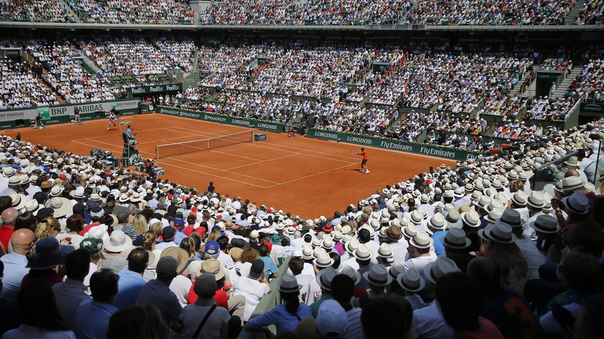 epa04787779 A general view of the court Philippe Chatrier as Novak Djokovic of Serbia (R) plays Stan Wawrinka of Switzerland in the men's final match for the French Open tennis tournament at Roland Garros in Paris, France, 07 June 2015.  EPA/ETIENNE LAURENT