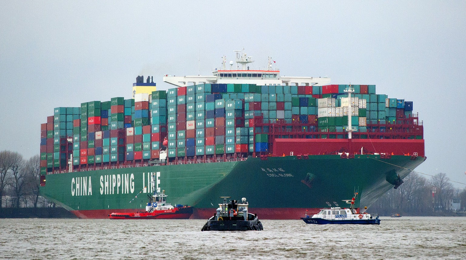 The cargo ship CSCL Globe of the China Shipping Group shipyard arrives at the port of Hamburg, northern Germany, during its maiden voyage on January 13, 2015. The vessel, that was launched in November 2014, can carry more than 19,000 containers and is the largest container ship in the World.            AFP PHOTO / DPA / DANIEL BOCKWOLDT +++ GERMANY OUT