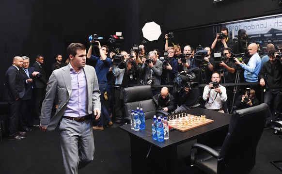 epa07195076 Norway's World Chess Champion Magnus Carlsen (front L) arrives to play against US challenger Fabiano Caruana at the tie-break game during the World Chess Championship 2018 in London, Britain, 28 November 2018.  EPA/FACUNDO ARRIZABALAGA