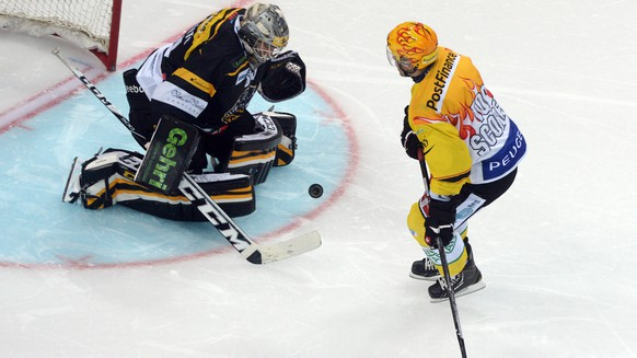 Lugano's Daniel Manzato (left) with Bern's Martin Plüss (right) during the preliminary round game of the National League A (NLA) Swiss Championship 2014/15 between HC Lugano and SC Berna, at the Resega ice stadium, in Lugano, Switzerland, Friday, September 19, 2014. (PHOTOPRESS/Ti-Press/Carlo Reguzzi)