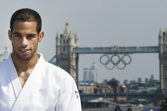 ARCHIV --- ZUR SI-VORSCHAU AUF DIE JUDO-WM STELLEN WIR IHNEN FOLGENDES BILD ZUR VERFUEGUNG --- Switzerland's Ludovic Chammartin poses front of the Olympic rings hanging on the Tower Bridge after the media conference of the Swiss Men's Judo Team in the House of Switzerland in London, Great Britain, prior to the London 2012 Olympic Summer Games, pictured on Wednesday, July 25, 2012. (KEYSTONE/Jean-Christophe Bott)