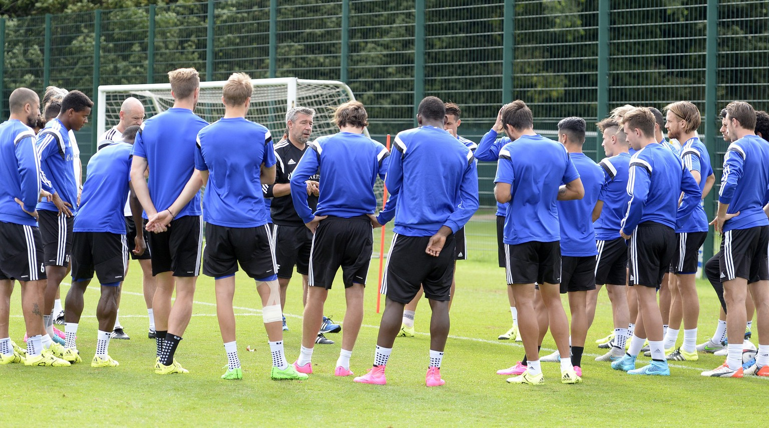 epa04871429 Urs Fischer, head coach of Switzerland's FC Basel 1893, talks to players during a training session in the St. Jakob-Park training area in Basel, Switzerland, on Tuesday, August 4, 2015. Switzerland's FC Basel 1893 is scheduled to play against Poland's KKS Lech Poznan in an UEFA Champions League third qualifying round second leg soccer match on Wednesday, August 5, 2015.  EPA/GEORGIOS KEFALAS