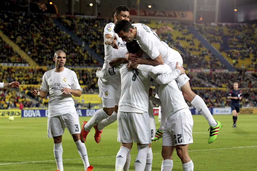 epa05210094 Real Madrid's Spanish defender Sergio Ramos (C) celebrates with teammates after scoring against UD Las Palmas during their Spanish Primera Division soccer match at Gran Canaria stadium in Las Palmas de Gran Canaria, Canary Islands, Spain, 13 March 2016.  EPA/Elvira Urquijo A.