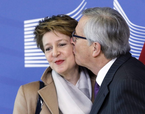 epa04601083 European Commission President Jean claude Juncker  (R) welcomes The President of the Swiss Confederation and Minister of Justice and Police Simonetta Sommaruga prior to a meeting at EU commission headquarters in Brussels, Belgium, 02 February 2015.  EPA/OLIVIER HOSLET
