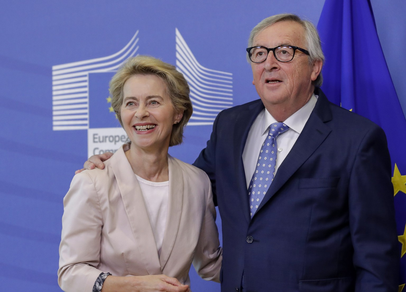 epa07693866 Ursula von der Leyen (L), the nominated President of the European Commission is welcomed by European Commission President Jean-Claude Juncker during a visit at the European Commission in Brussels, Belgium, 04 July 2019.  EPA/OLIVIER HOSLET