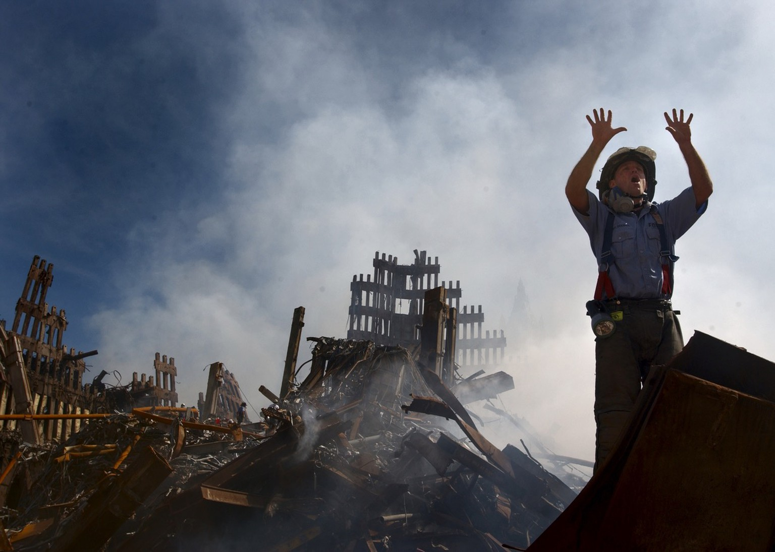 A New York City fireman calls for 10 more rescue workers to make their way into the rubble of the World Trade Center, Saturday September 15, 2001. (KEYSTONE/AP Photos/U.S. Navy/Preston Keres)