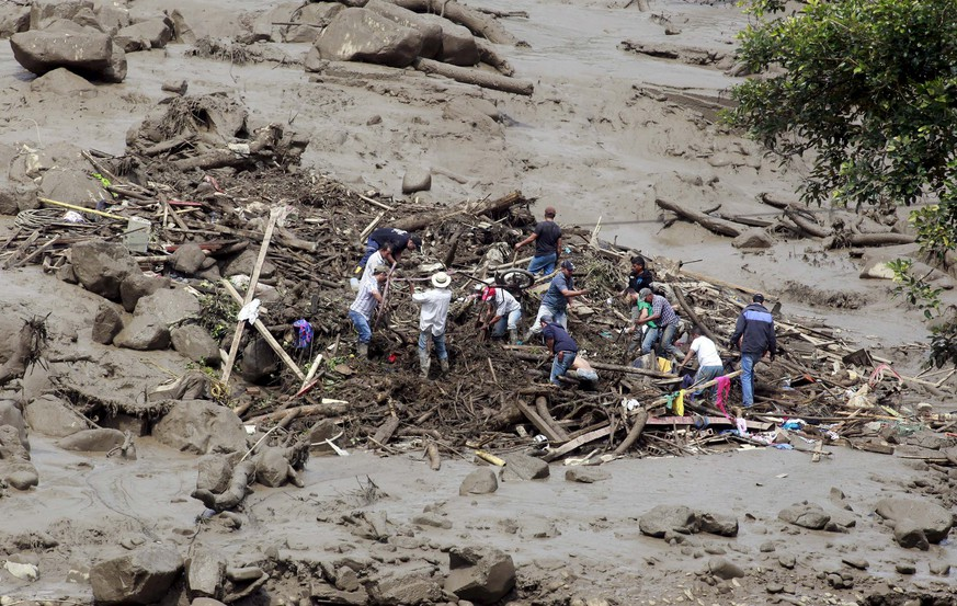 Residents remove mud and debris as they search for bodies after a landslide in the municipality of Salgar, in Antioquia department May 18, 2015. A landslide sent mud and water crashing onto homes in a town in Colombia's northwest mountains on Monday, killing at least 48 people and injuring dozens, officials said. Heavy rains caused a ravine to overflow, sending mud and water onto neighboring homes in Salgar. REUTERS/El Colombiano  ATTENTION EDITORS - THIS PICTURE WAS PROVIDED BY A THIRD PARTY. REUTERS IS UNABLE TO INDEPENDENTLY VERIFY THE AUTHENTICITY, CONTENT, LOCATION OR DATE OF THIS IMAGE. FOR EDITORIAL USE ONLY. NOT FOR SALE FOR MARKETING OR ADVERTISING CAMPAIGNS. THIS PICTURE IS DISTRIBUTED EXACTLY AS RECEIVED BY REUTERS, AS A SERVICE TO CLIENTS. MANDATORY CREDIT        TPX IMAGES OF THE DAY