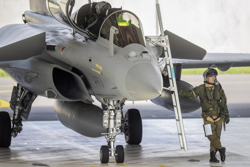 epa07588982 A pilot in front of a French built Dassault Rafale fighter jet prior to take off during a test and evaluation day at the Swiss military airbase, in Payerne, Switzerland, 21 May 2019. The trials of the five candidate airplanes, Airbus, Germany, Eurofighter, Boeing, USA, F / A-18 Super Hornet, Dassault, France, Rafale, Lockheed Martin, USA, F-35A, Saab, Sweden, Gripen E will take place until the end of June 2019.  EPA/PETER KLAUNZER
