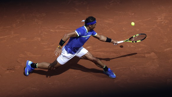 Spain's Rafael Nadal returns the ball to compatriot Roberto Bautista Agut during their fourth round match of the French Open tennis tournament at the Roland Garros stadium, Sunday, June 4, 2017 in Paris. (AP Photo/Petr David Josek)